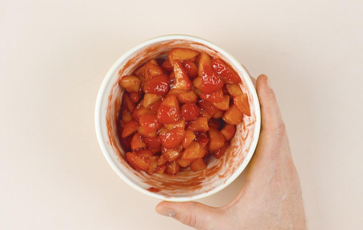 mélanger les fraises et la confiture
