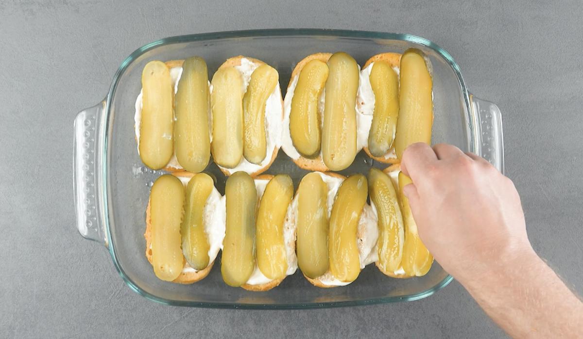 mettre 2 cornichons sur chaque petit pain