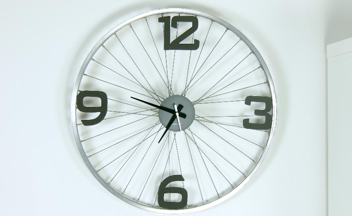 horloge faite à partir d'une jante de vélo