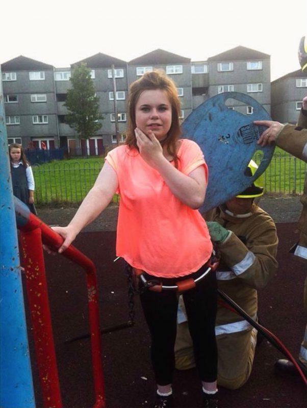 jeune femme coincée dans une installation dans parc pour enfants