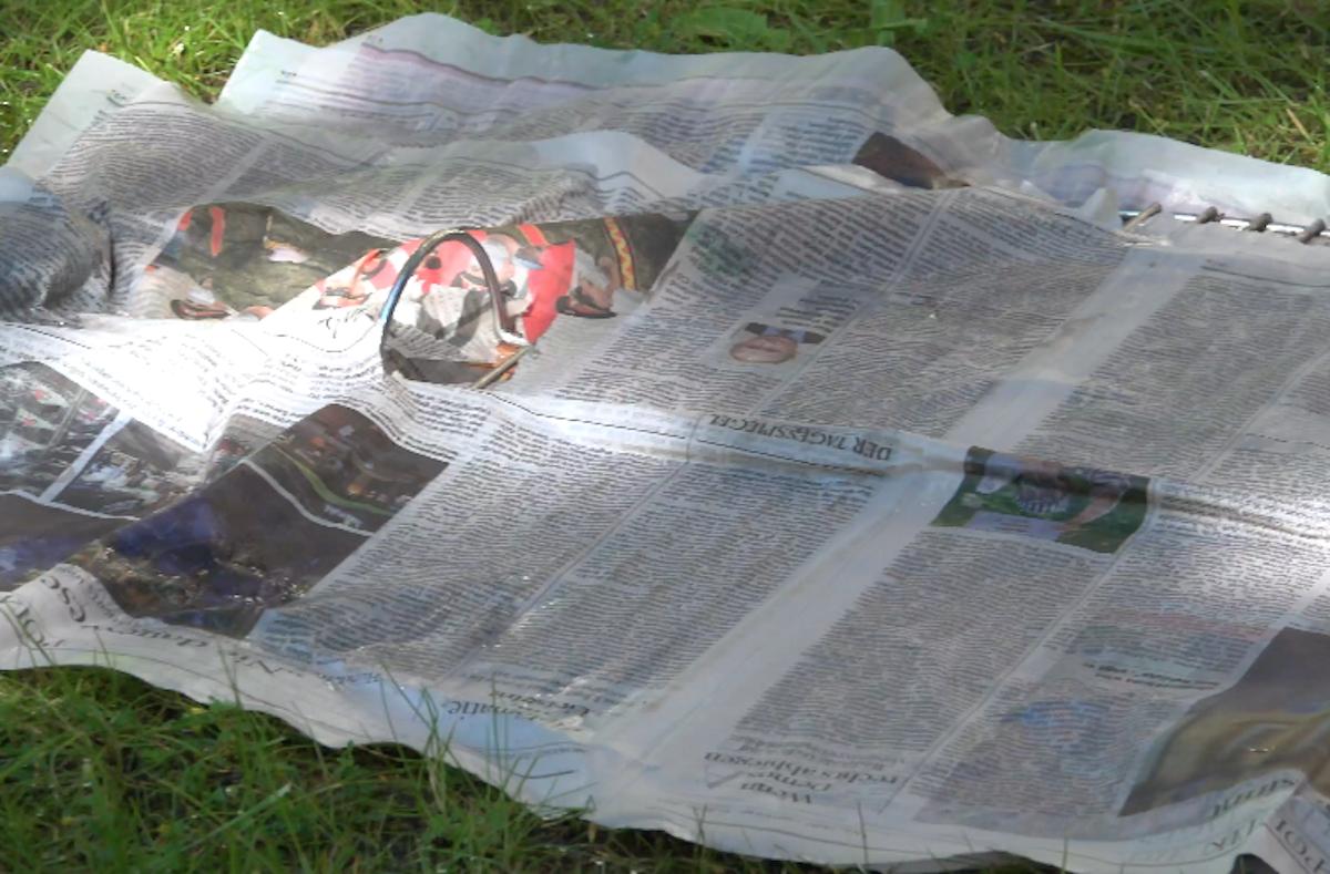 mettre du papier journal sur la grille