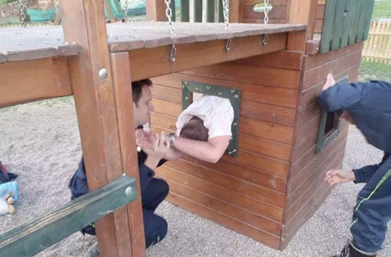 homme coincé dans une installation dans parc pour enfants