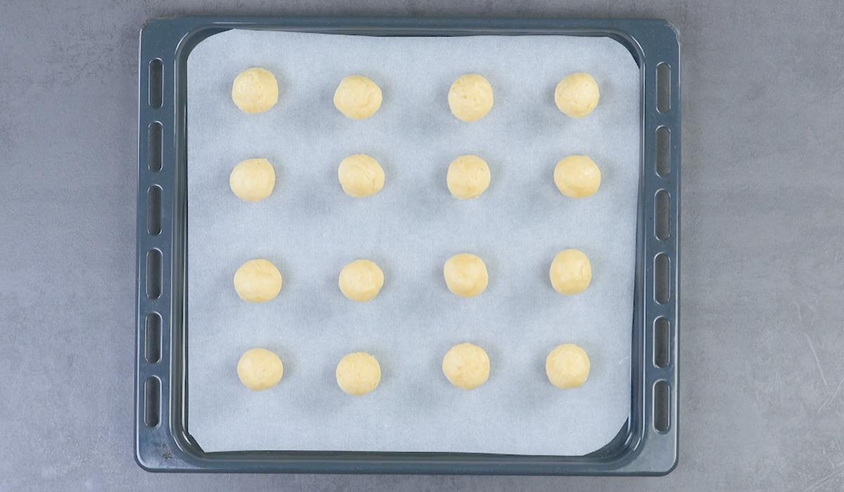 former des boules avec la pâte