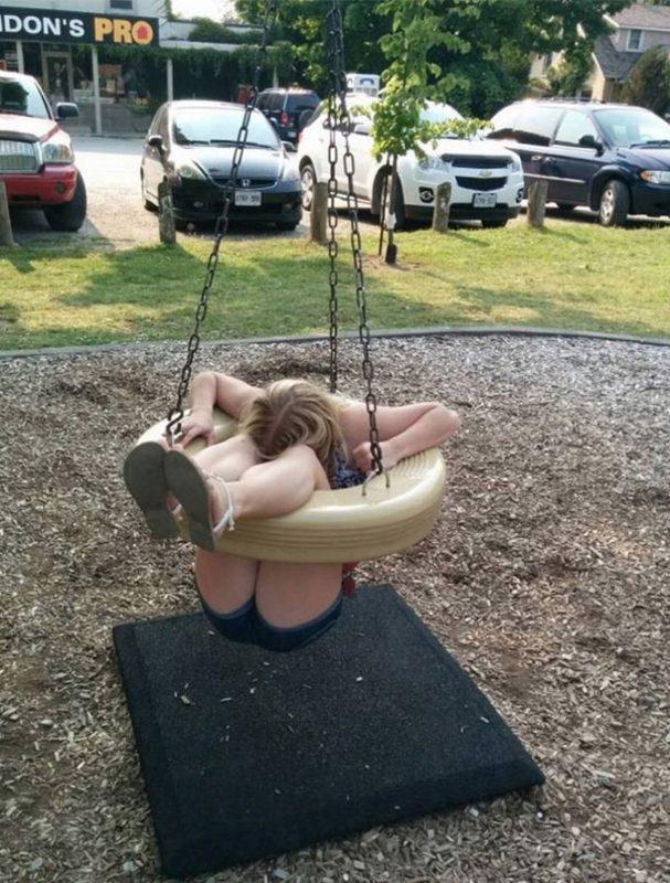 femme adulte coincée dans une balançoire ronde