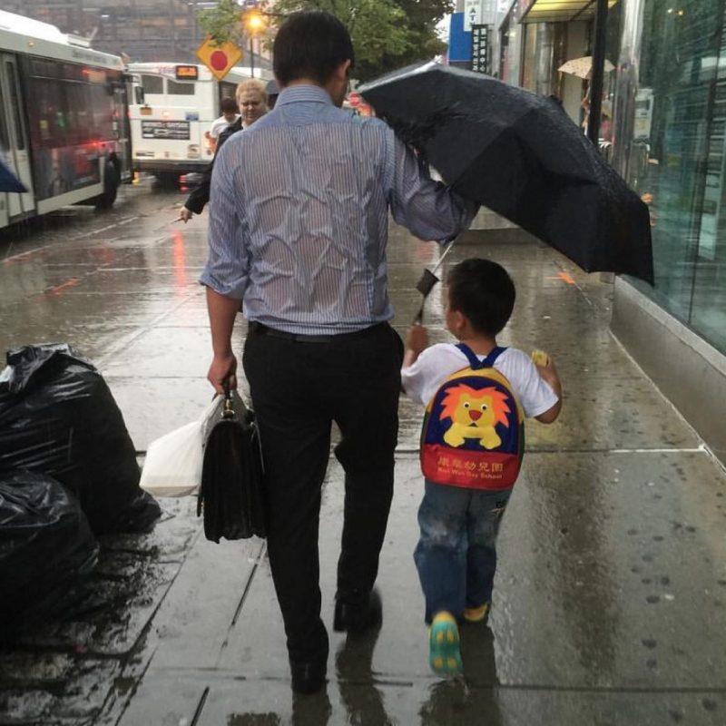 papa  qui tient un parapluie