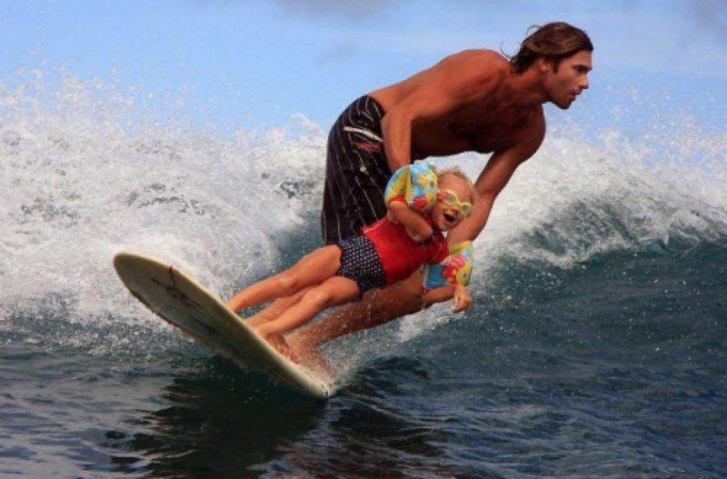 papa qui surfe avec sa fille