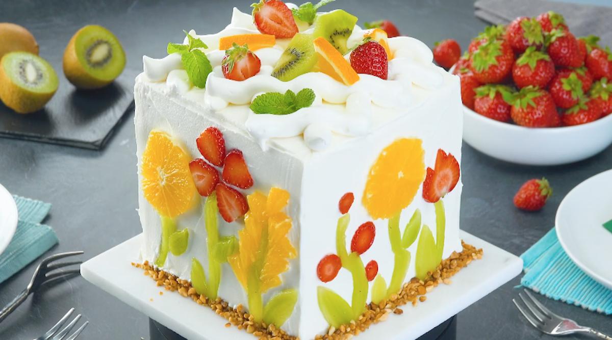 gâteau à la crème décoré avec des fleurs de fruits