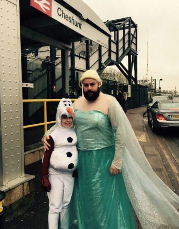 papa déguisé en reine des neiges
