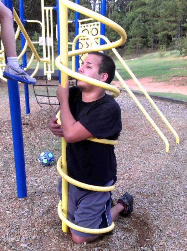 adulte coincé dans une installation dans parc pour enfants