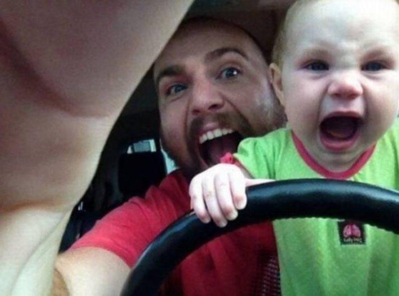 papa et bébé au volant