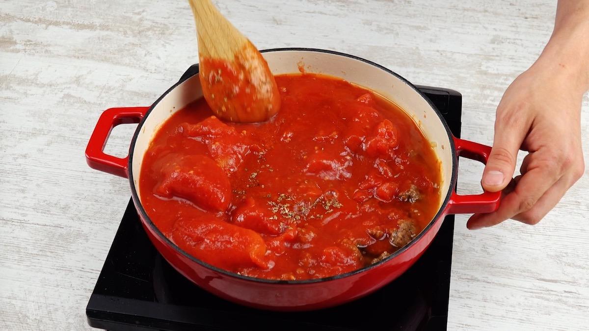 mélanger la viande et la sauce tomate