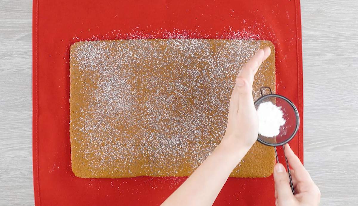 saupoudrer le biscuit de sucre glace