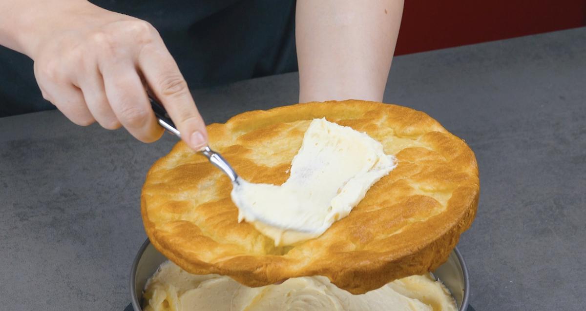 étaler la crème sur une autre base de pâte à choux