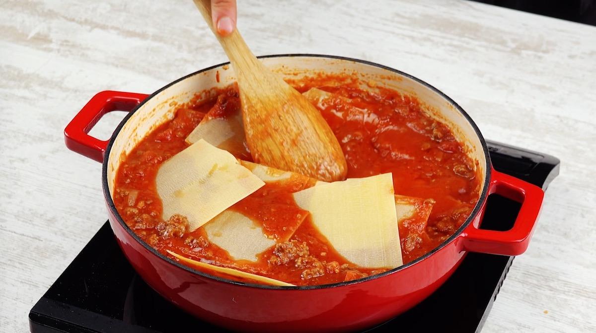 mettre les feuilles de lasagne dans la sauce