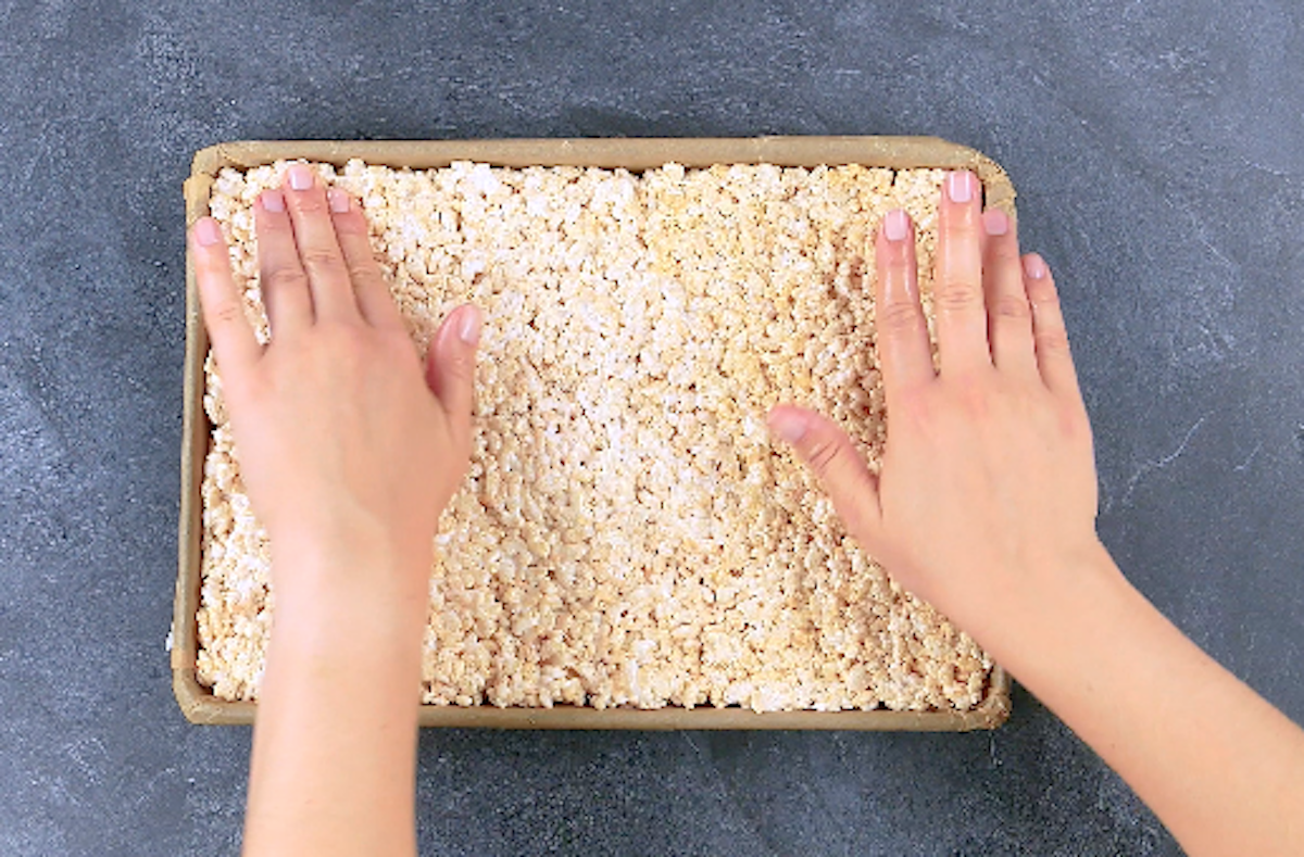 spread the puffed rice on a plate