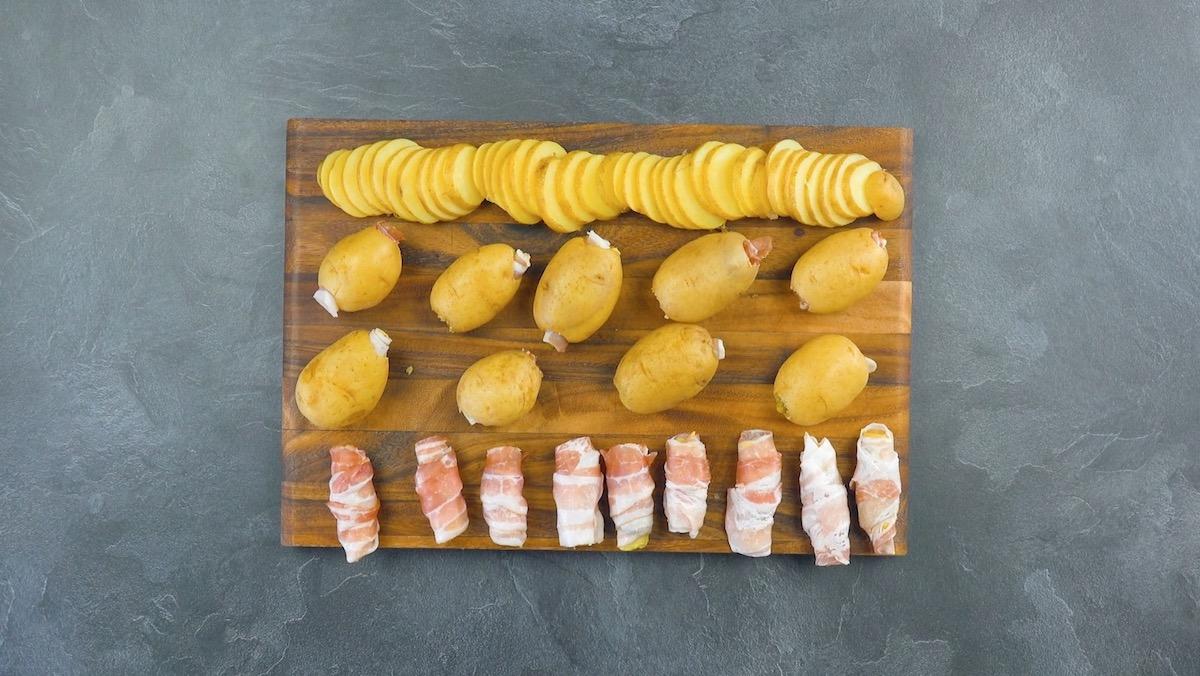 enroulez les pommes de terre dans le lard
