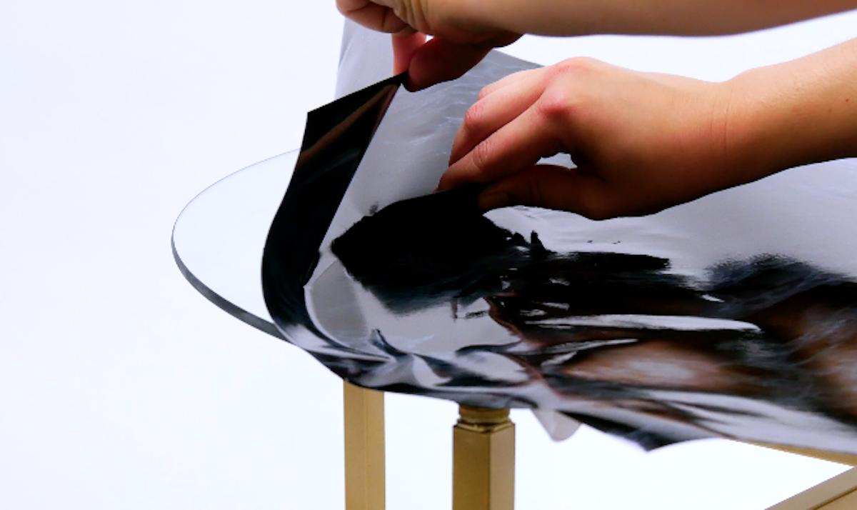 coller le papier marbré sur le verre