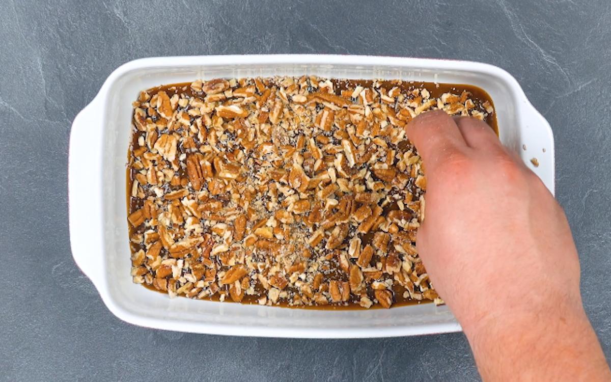 mettre le caramel et les noix de pécan dans le moule