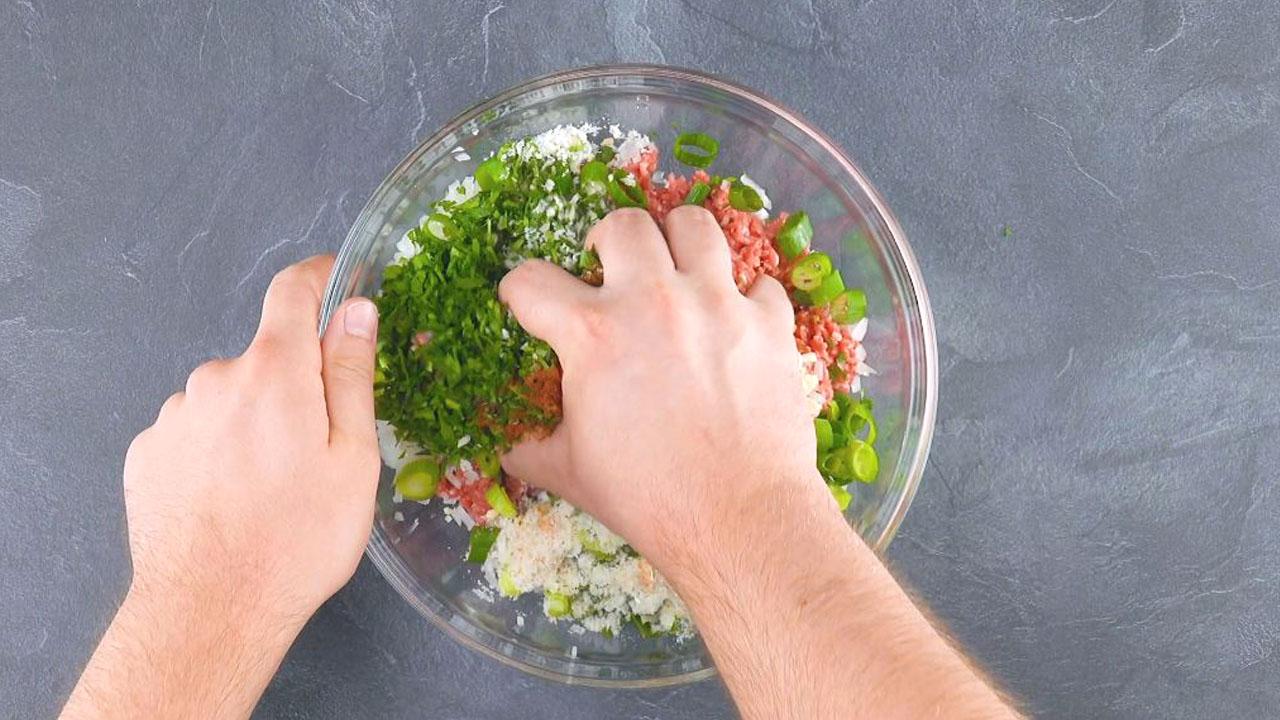 pétrir la viande hachée et les autres ingrédients