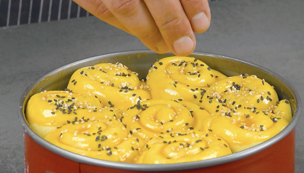 mettre la pâte dans le moule et saupoudrer de sésame