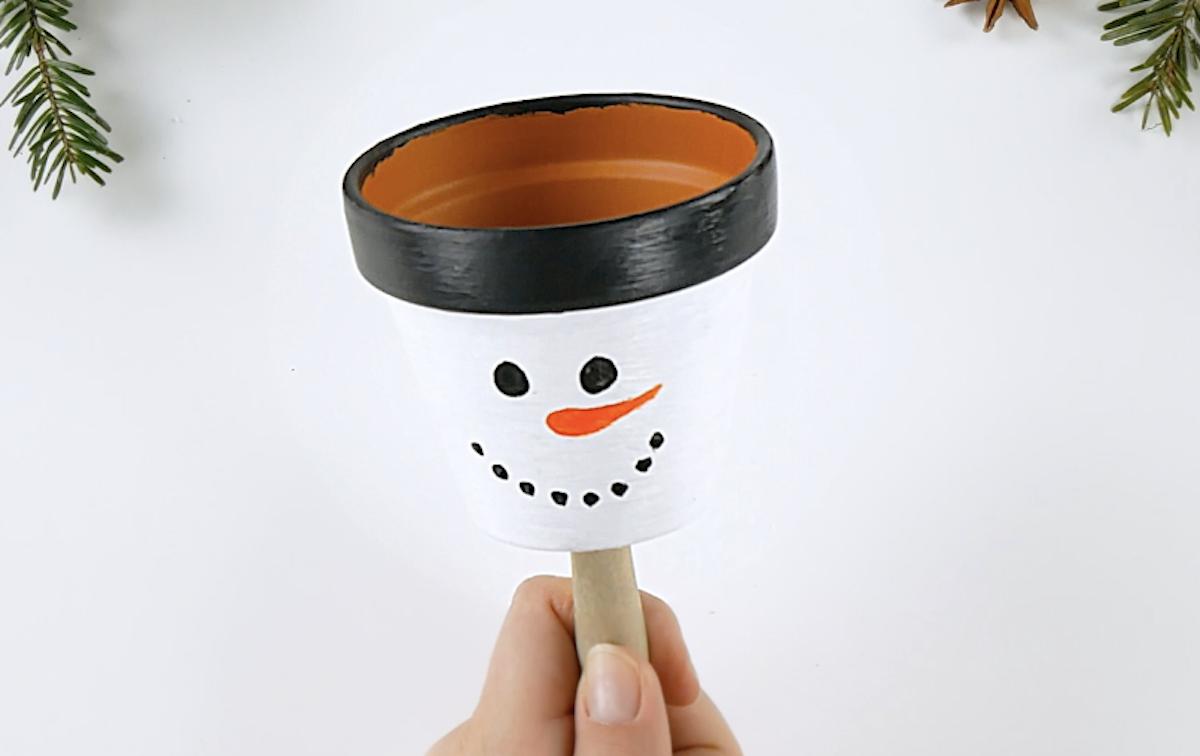 dessiner un bonhomme de neige sur un pot de fleurs