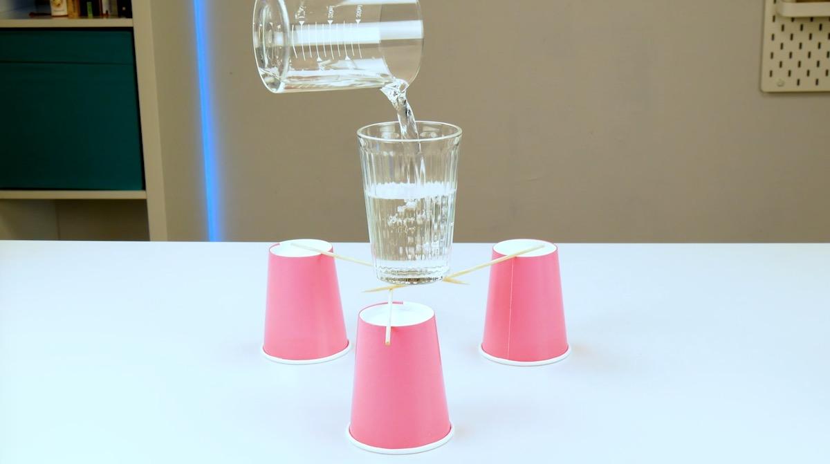 verre en équilibre sur des gobelets
