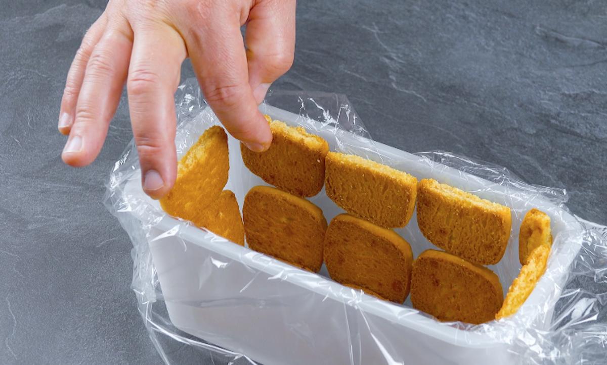 mettre les biscuits dans le tupperware