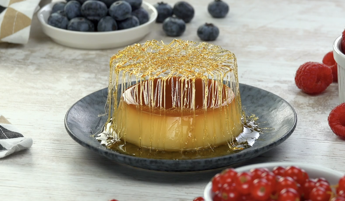 Dessert crémeux, avec une garniture croustillante de caramel