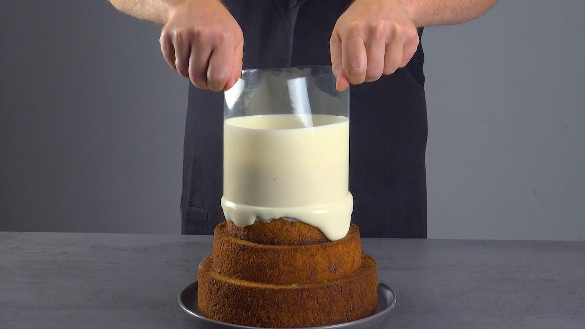 verser le glaçage sur le gâteau