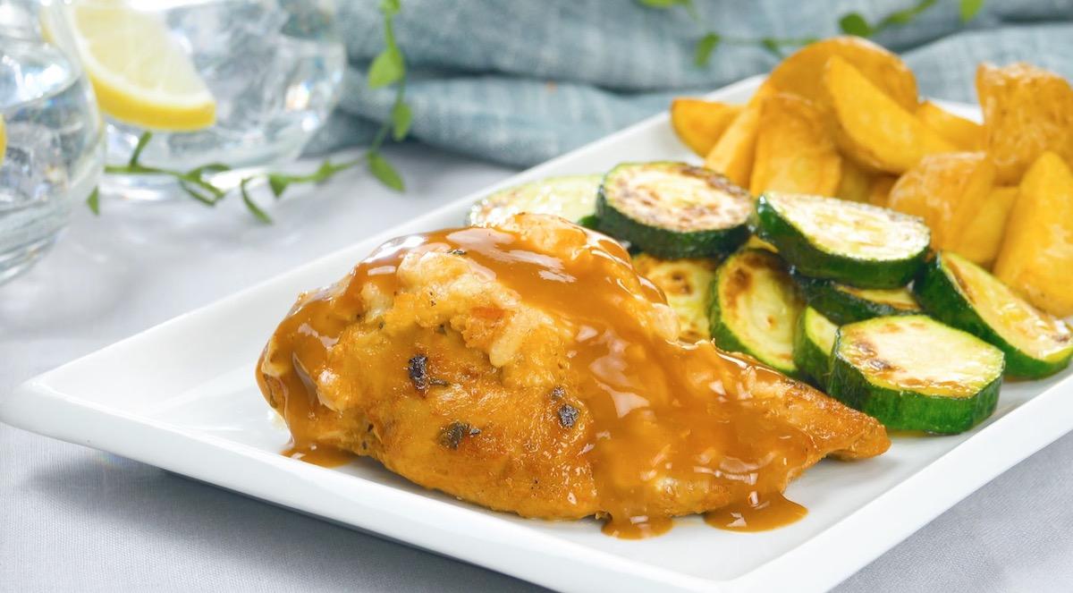 poulet farci avec sauce et légumes