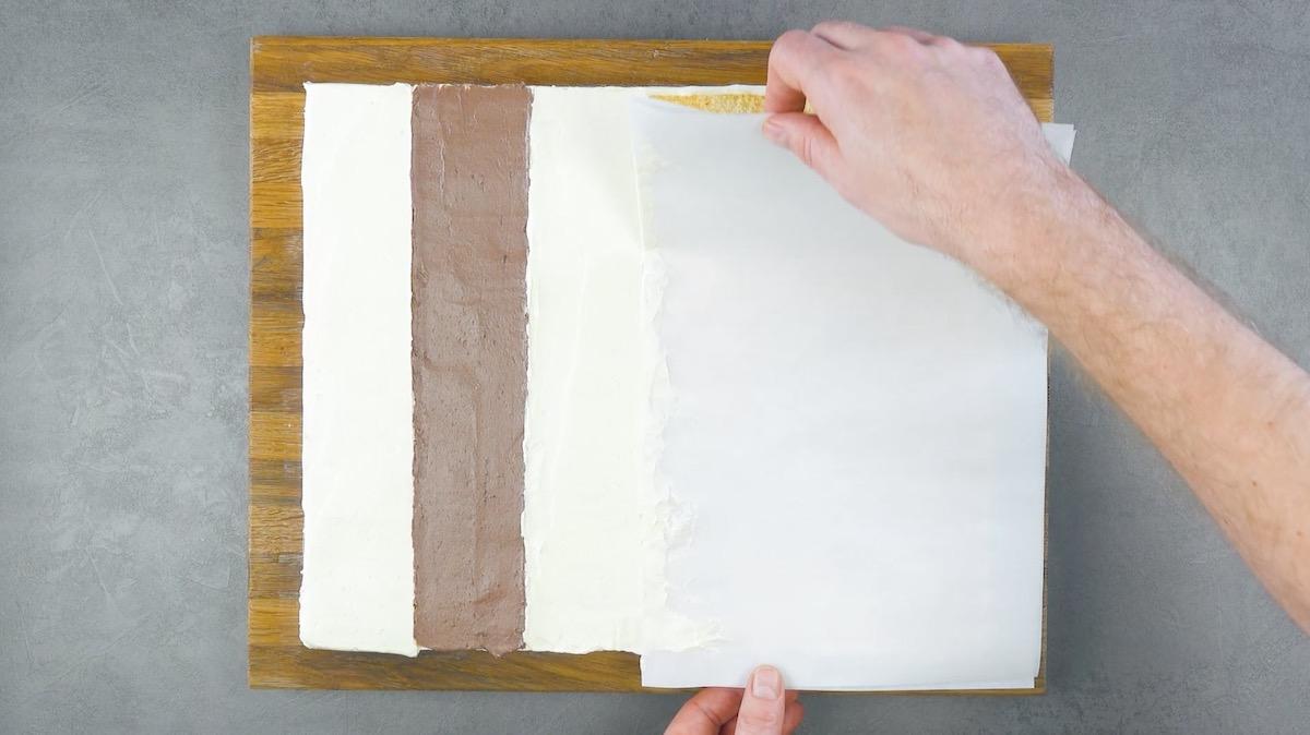alterner les lignes de crème au beurre brunes et blanches