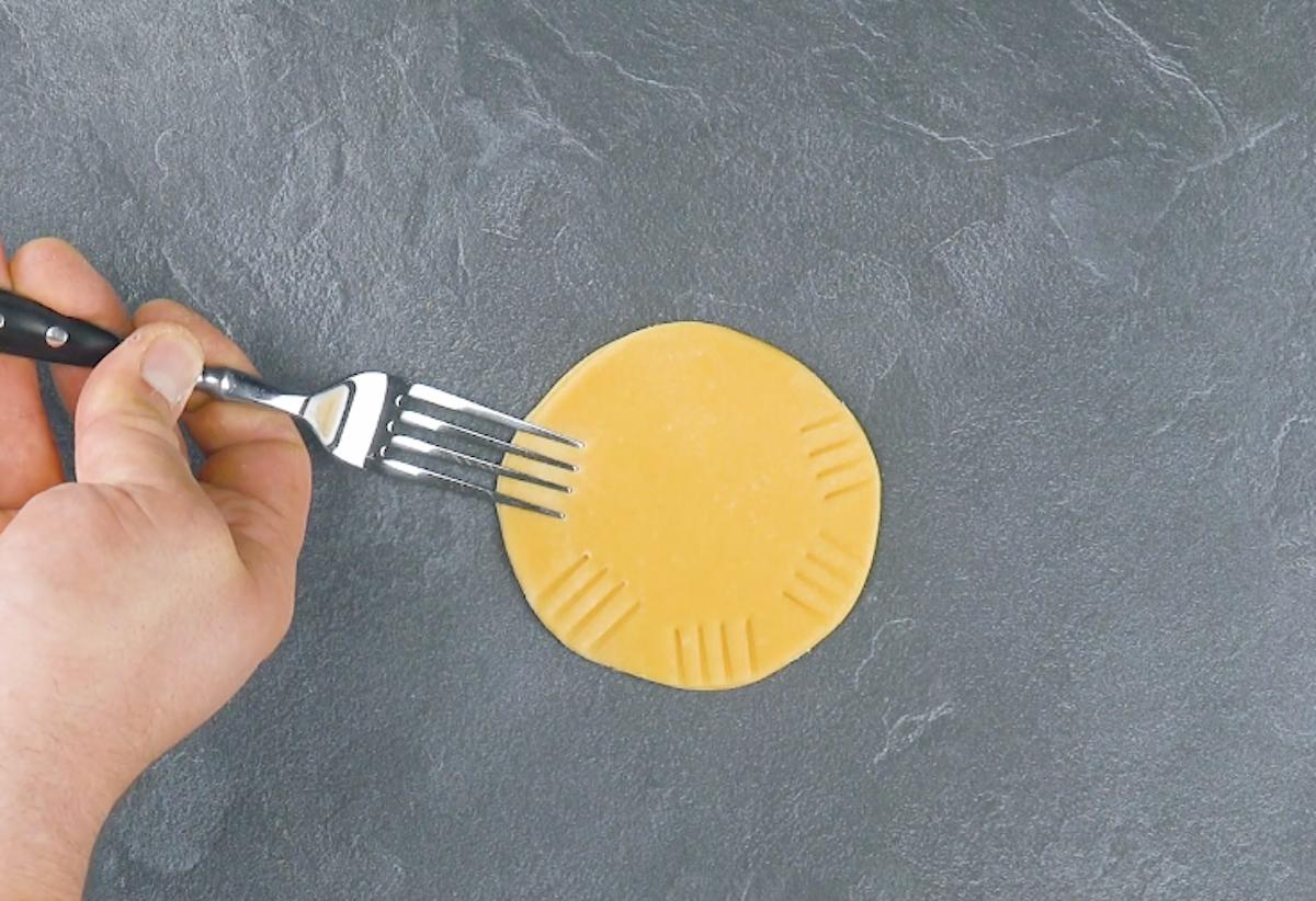 sceller la pâte avec une fourchette