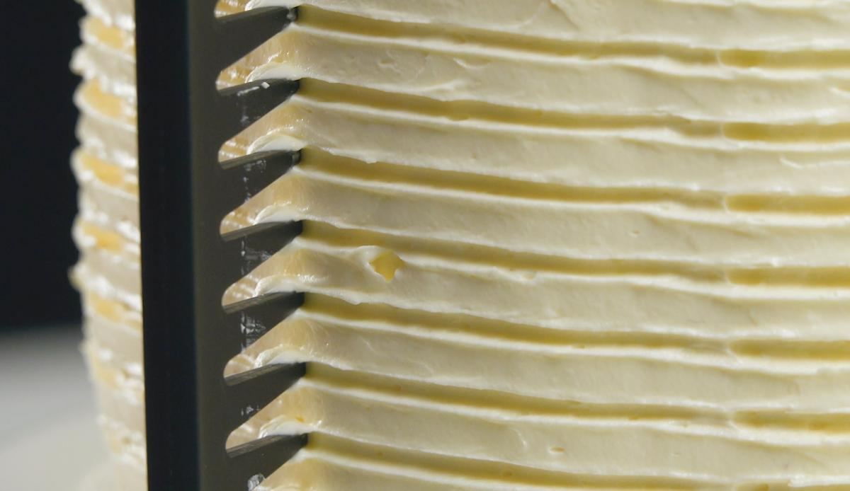 tracer des rainures dans la crème avec un peigne