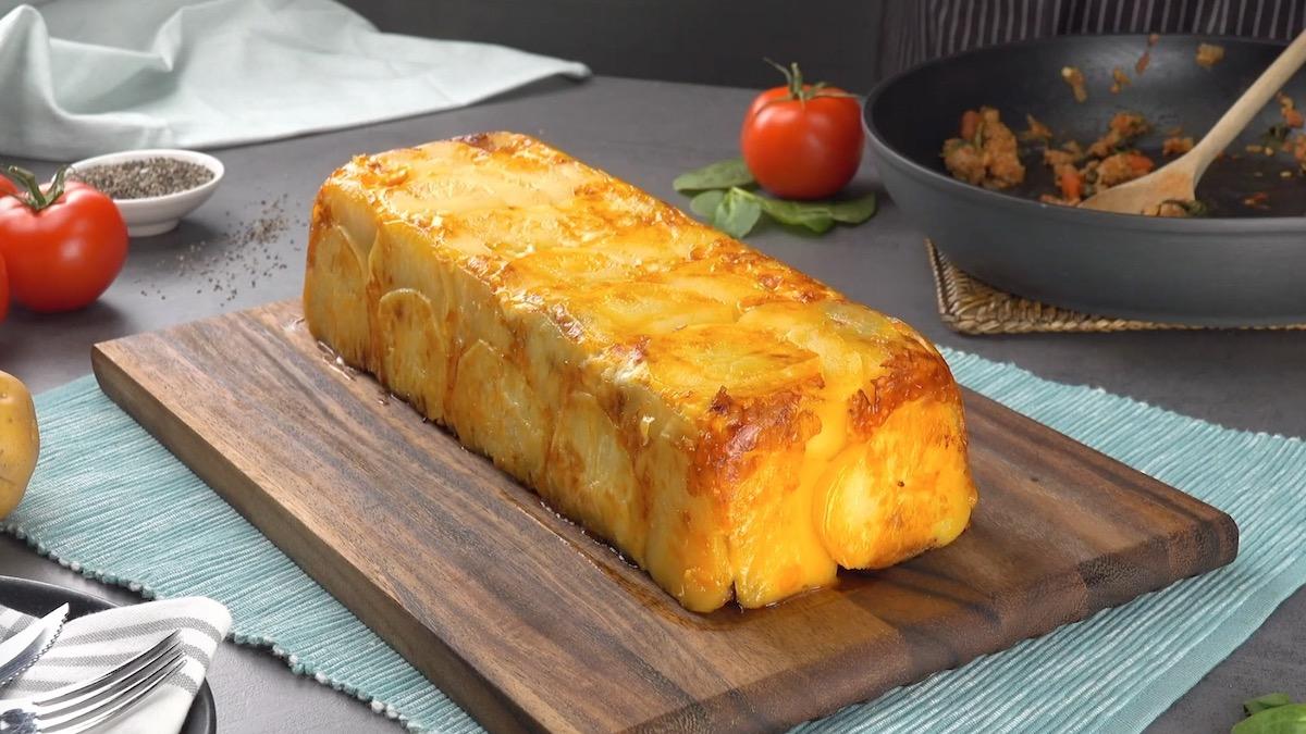 Gratin de pommes de terre à la viande hachée, épinards, tomates et fromage