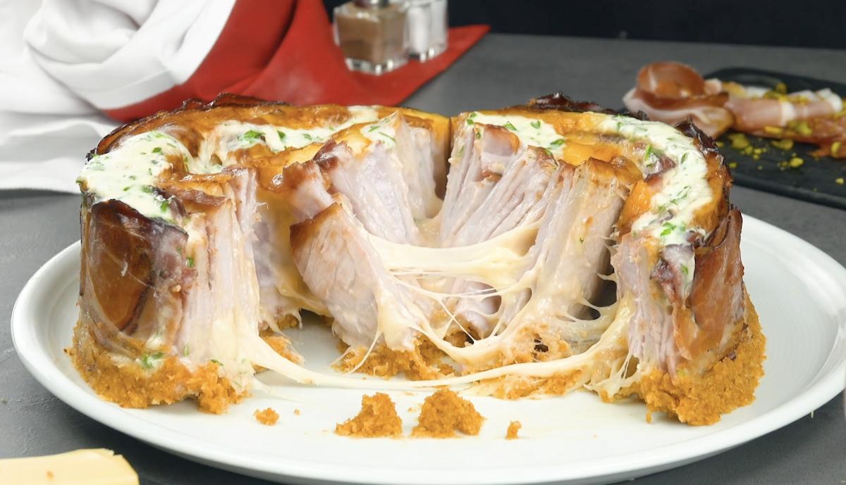 filet de porc en gâteau copieux avec du fromage et du jambon