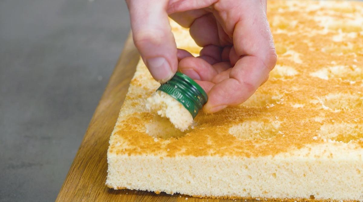 utiliser un bouchon pour faire des trous dans la pâte