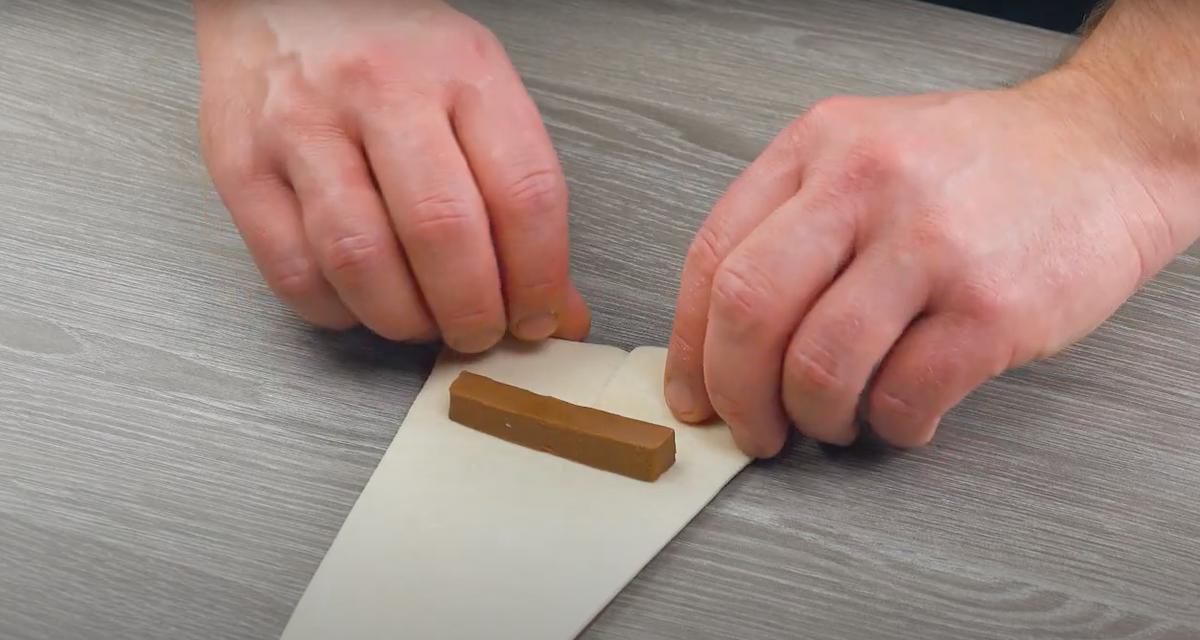 enrouler la pâte autour du chocolat