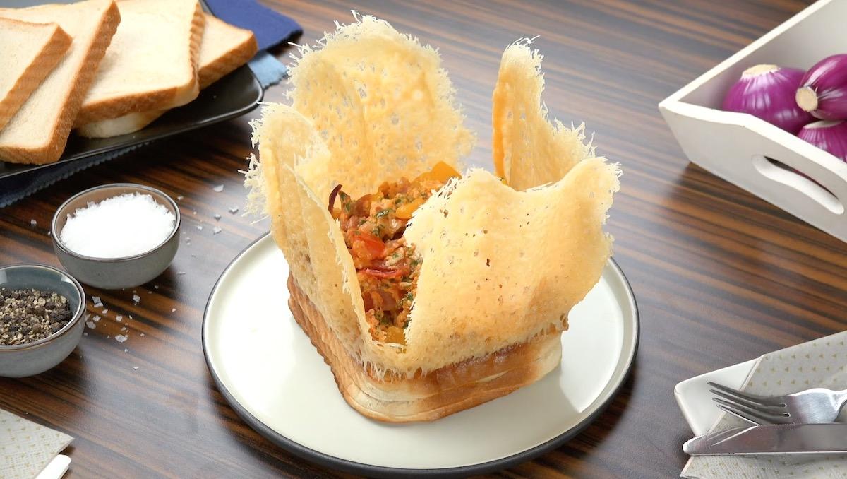 Toasts avec couronne de fromage et œufs brouillés