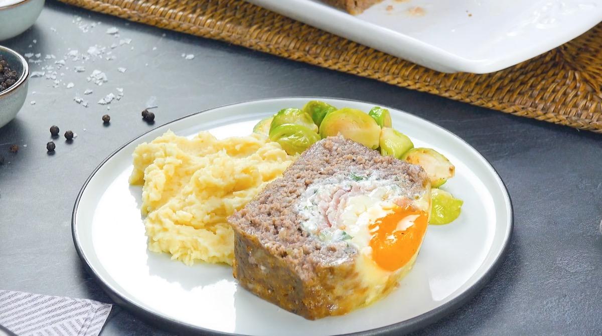 tranche de pain de viande avec purée et légumes