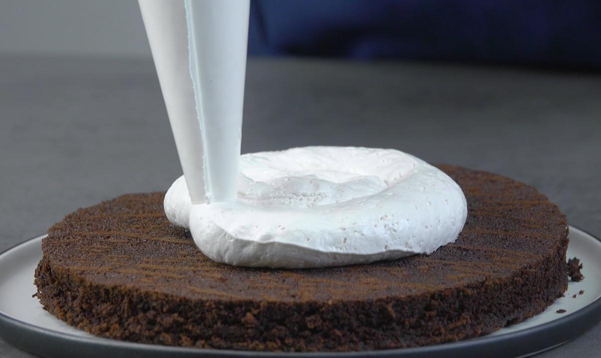 verser la crème sur le gâteau