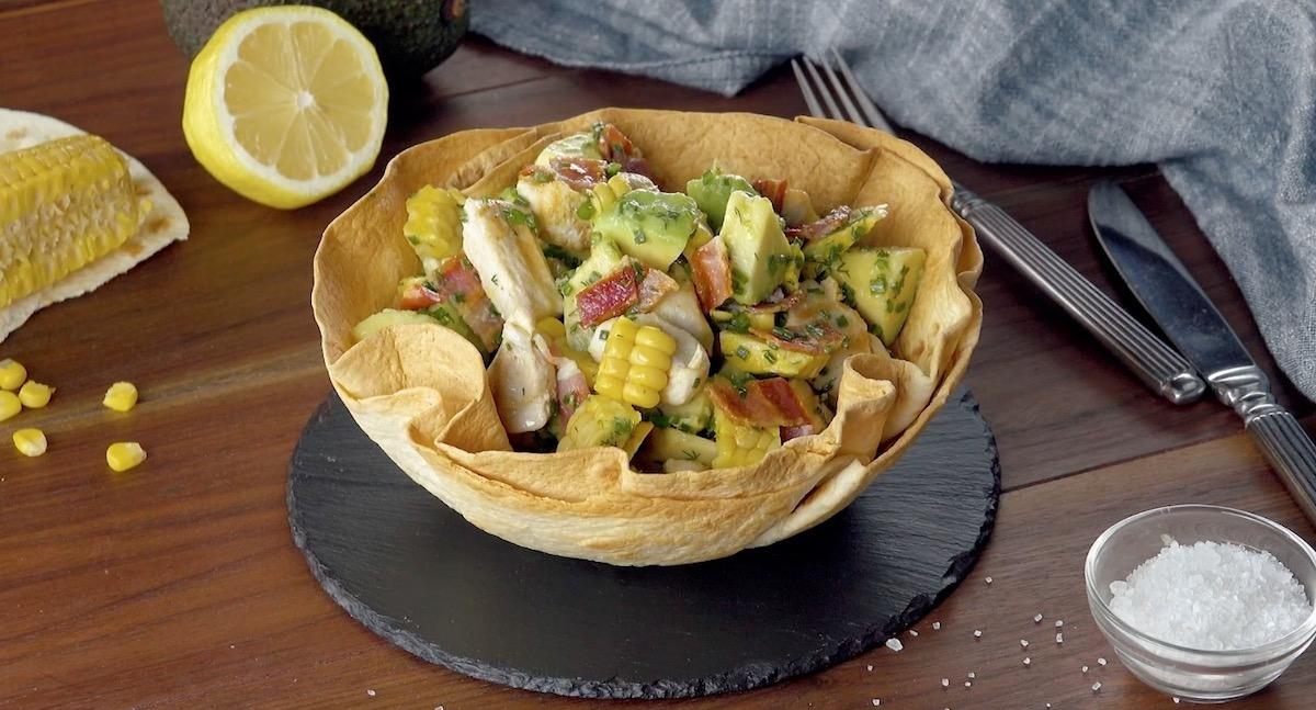 Salade estivale au poulet et à l'avocat dans son bol en tortillas
