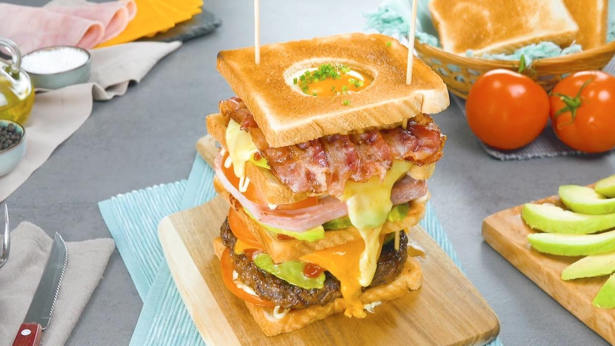 Tour de sandwich avec avocat, cheddar, jambon et lard