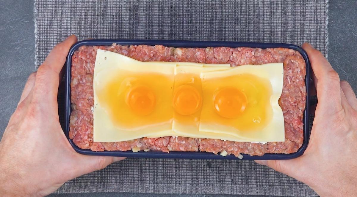 mettre les œufs sur le fromage