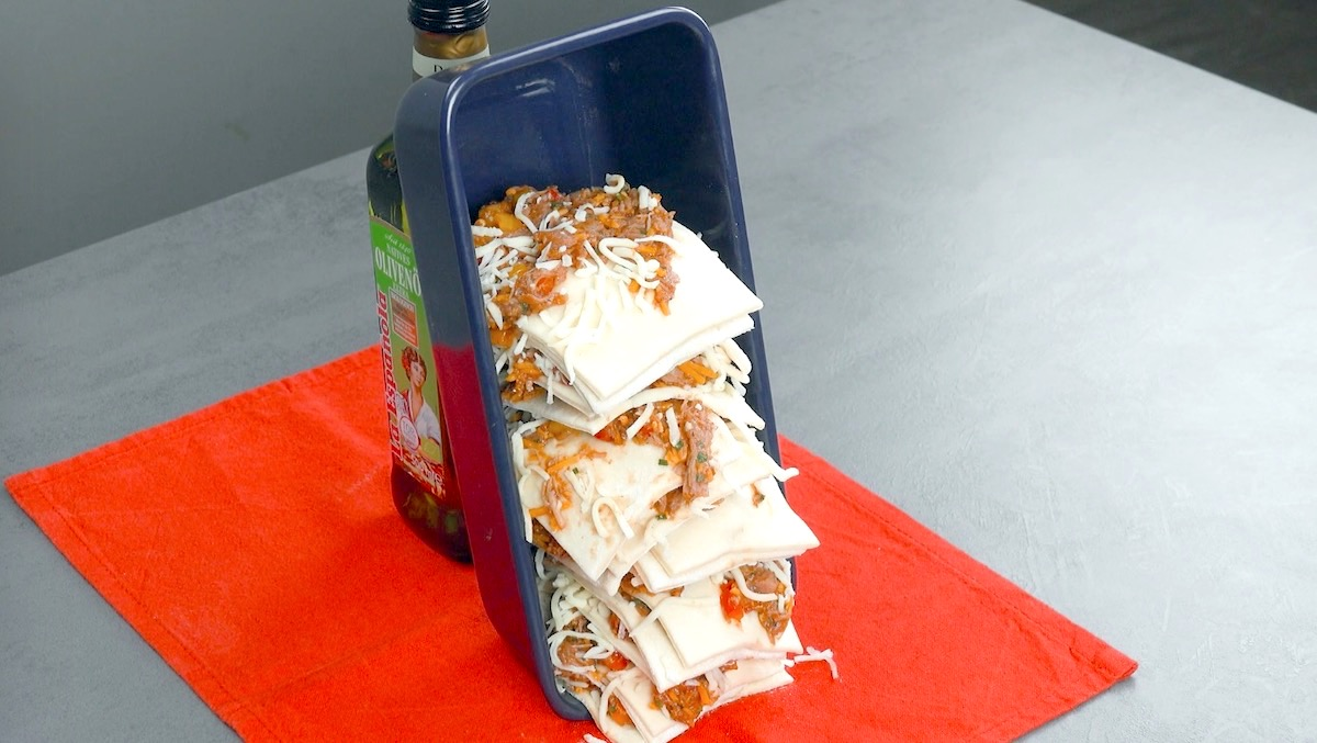 placer un moule à cake à la verticale et le remplir de pâte