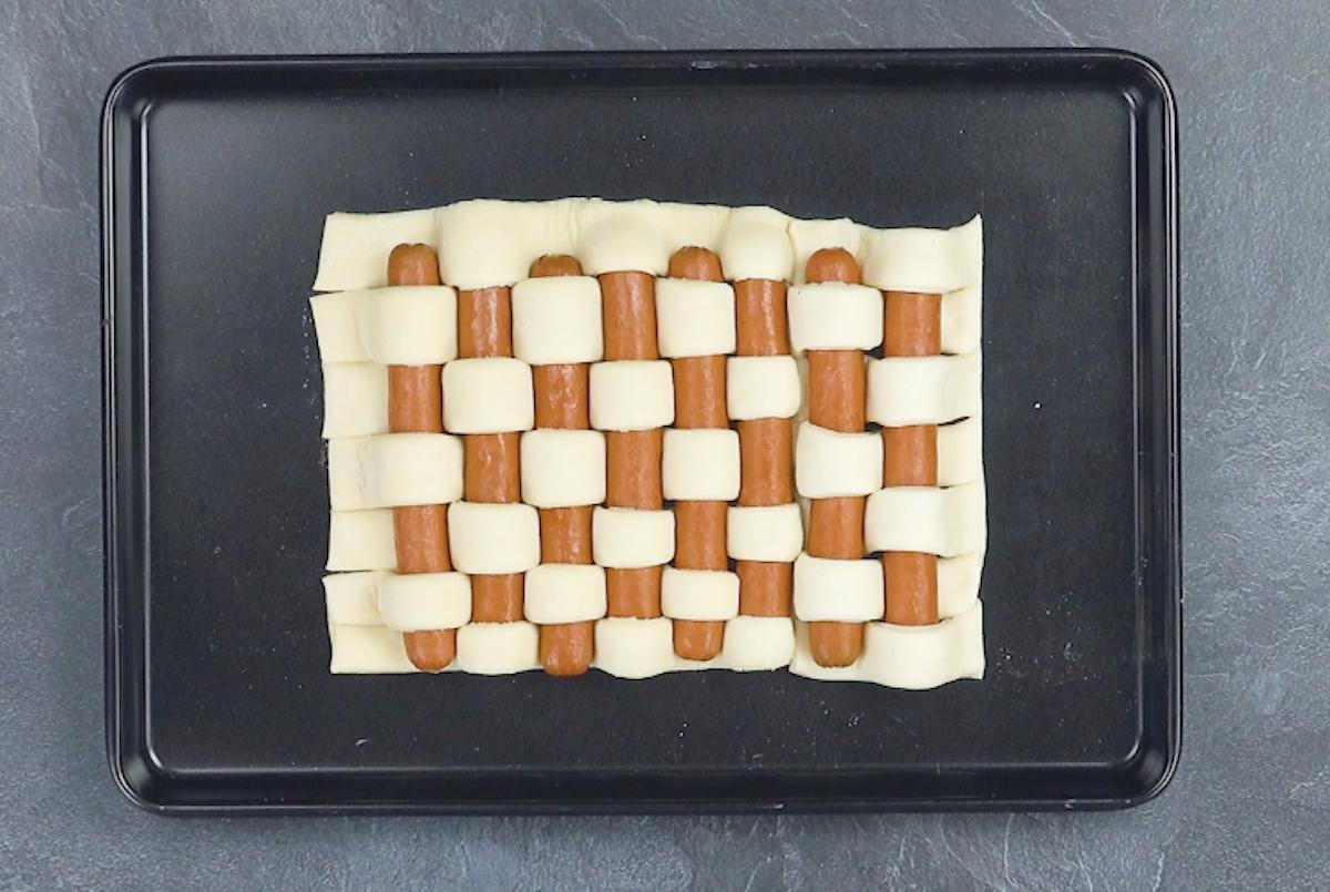 entremêler les saucisses dans la pâte