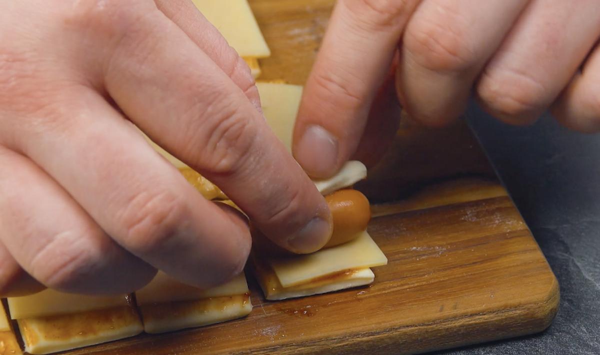 envelopper une saucisse dans la pâte