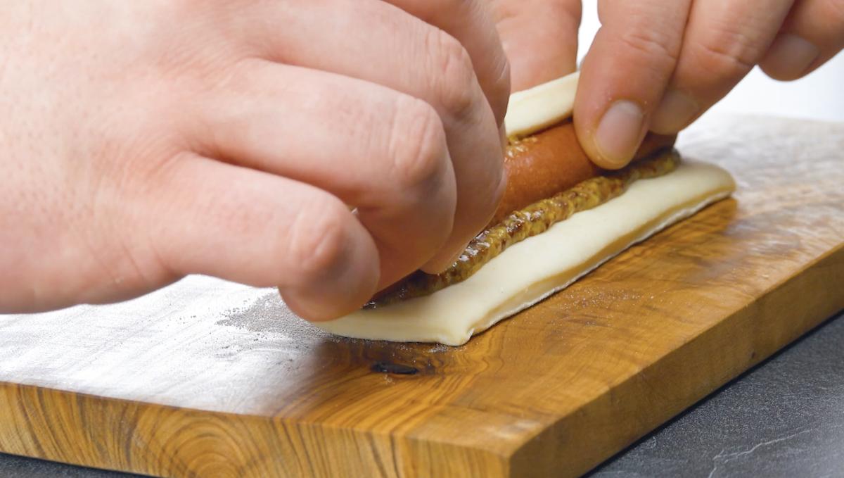 envelopper les saucisses dans la pâte