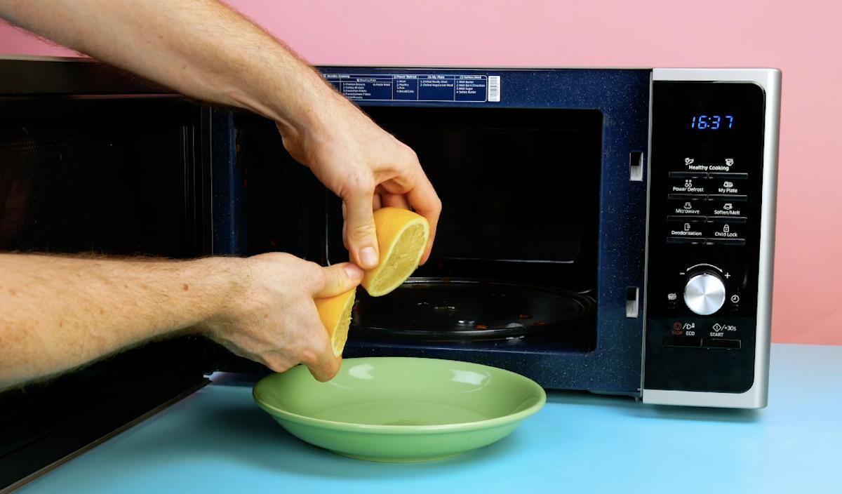 nettoyer le micro-ondes avec un citron