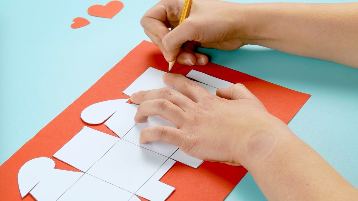 recopier le modèle sur du carton coloré