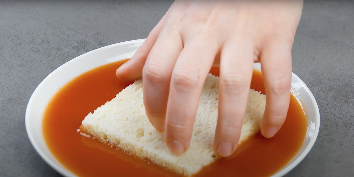 tremper le pain dans la sauce piquante